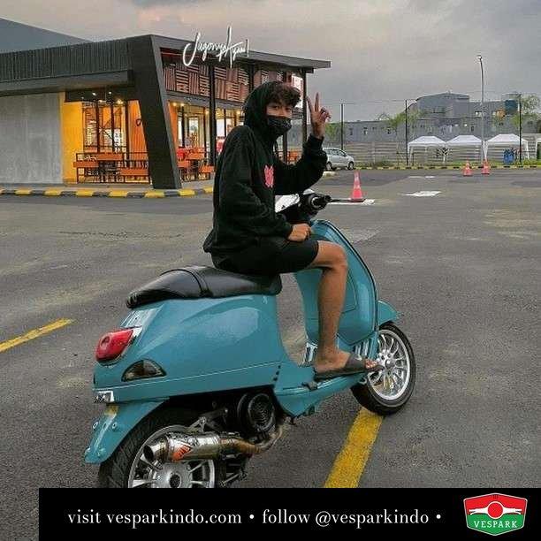 Mau saya antarin? Makananya  Live More Ride Vespa Saatnya anda miliki scooter matic legendaris Vespa!  Geser untuk lihat genuine aksesoris Vespa @vesparkindo dan lihat sorotan utk paket promo aksesoris   Tersedia penawaran leasing/kredit menarik untuk semua tipe Vespa. Cek info di web, link di bio  Hubungi dealer resmi Vespark Piaggio Vespa Medan Sumut @vesparkindo untuk pesanan Medan, Aceh, Riau dan Sumut Dealer tetap buka selama liburan silakan WA 0815-21-595959 untuk appointment, jam buka dan DM utk brosur terbaru  Kunjungi: VESPARK: Piaggio Vespa 3S ShowPark Jln Prof HM Yamin No.16A (simpang Jln Jawa)  Medan Telp. 061-456-5454 Cek IG @vesparkindo   feature @9.abii