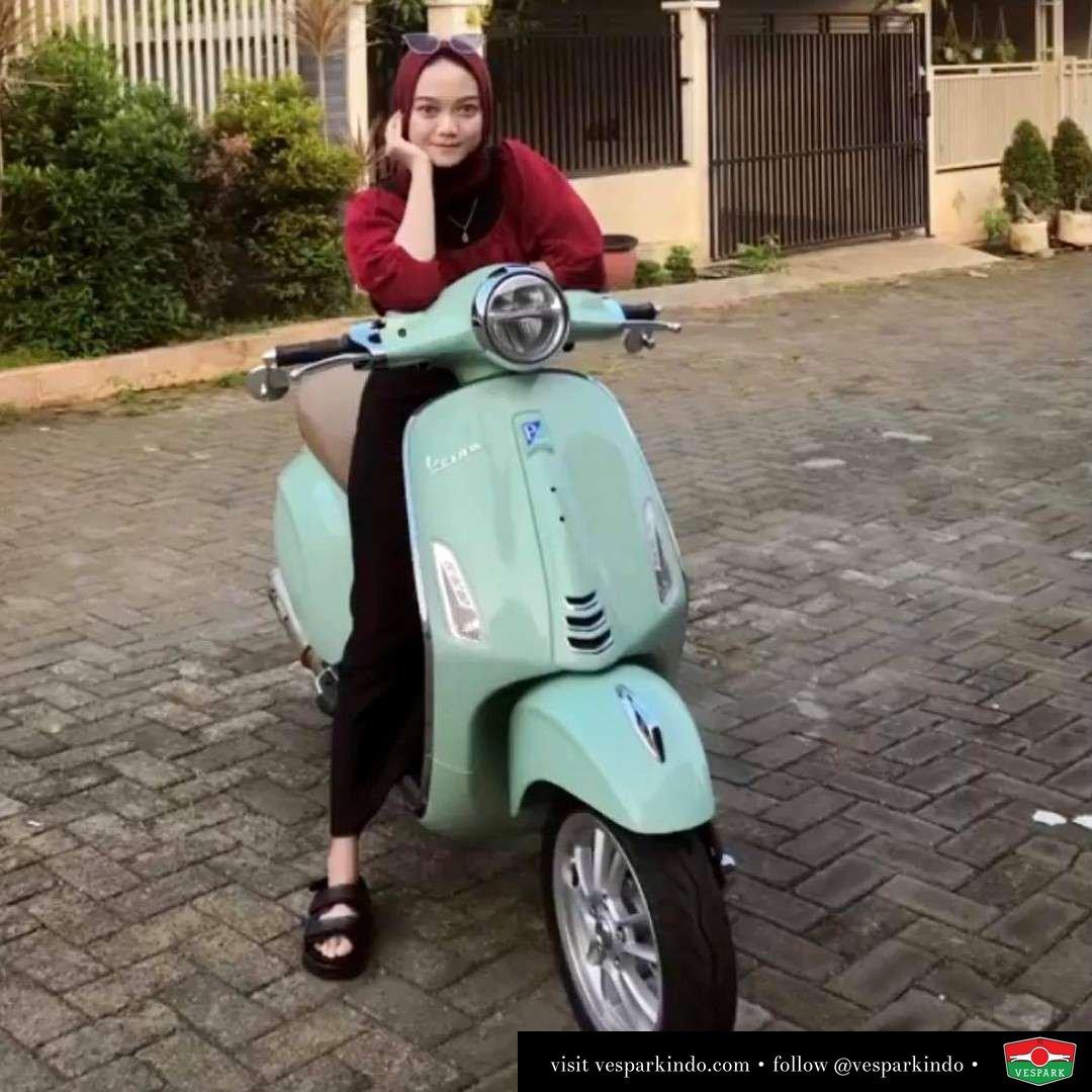 Relaxing ride  Don't be blue Ride Vespa  Live More Ride Vespa Saatnya anda miliki scooter matic legendaris Vespa!  Geser untuk lihat genuine aksesoris Vespa @vesparkindo dan lihat sorotan utk paket promo aksesoris   Tersedia penawaran leasing/kredit menarik untuk semua tipe Vespa. Cek info di web, link di bio  Hubungi dealer resmi Vespark Piaggio Vespa Medan Sumut @vesparkindo untuk pesanan Medan, Aceh, Riau dan Sumut Dealer tetap buka selama liburan silakan WA 0815-21-595959 untuk appointment, jam buka dan DM utk brosur terbaru  Kunjungi: VESPARK: Piaggio Vespa 3S ShowPark Jln Prof HM Yamin No.16A (simpang Jln Jawa)  Medan Telp. 061-456-5454 Cek IG @vesparkindo   @fratikaputrii