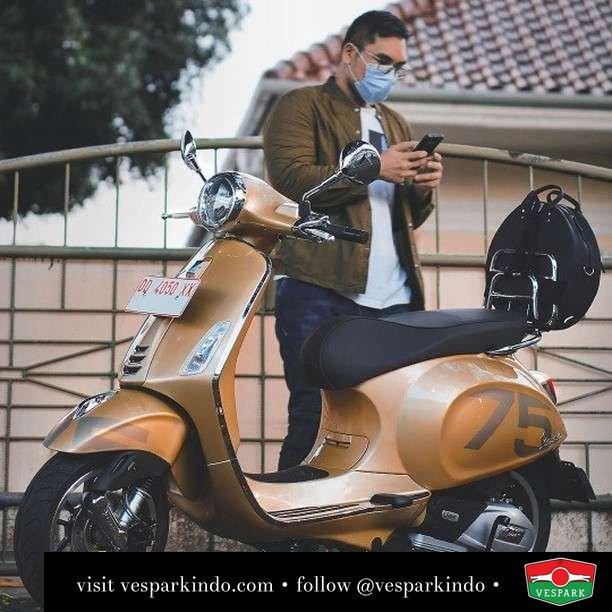 The golden Ride... Vespa Primavera 75th anniversary limited edition   Live More Ride Vespa Saatnya anda miliki scooter matic legendaris Vespa!  Geser untuk lihat genuine aksesoris Vespa @vesparkindo dan lihat sorotan utk paket promo aksesoris   Tersedia penawaran leasing/kredit menarik untuk semua tipe Vespa. Cek info di web, link di bio  Hubungi dealer resmi Vespark Piaggio Vespa Medan Sumut @vesparkindo untuk pesanan Medan, Aceh, Riau dan Sumut Dealer tetap buka selama liburan silakan WA 0815-21-595959 untuk appointment, jam buka dan DM utk brosur terbaru  Kunjungi: VESPARK: Piaggio Vespa 3S ShowPark Jln Prof HM Yamin No.16A (simpang Jln Jawa)  Medan Telp. 061-456-5454 Cek IG @vesparkindo   feature @_robbyh