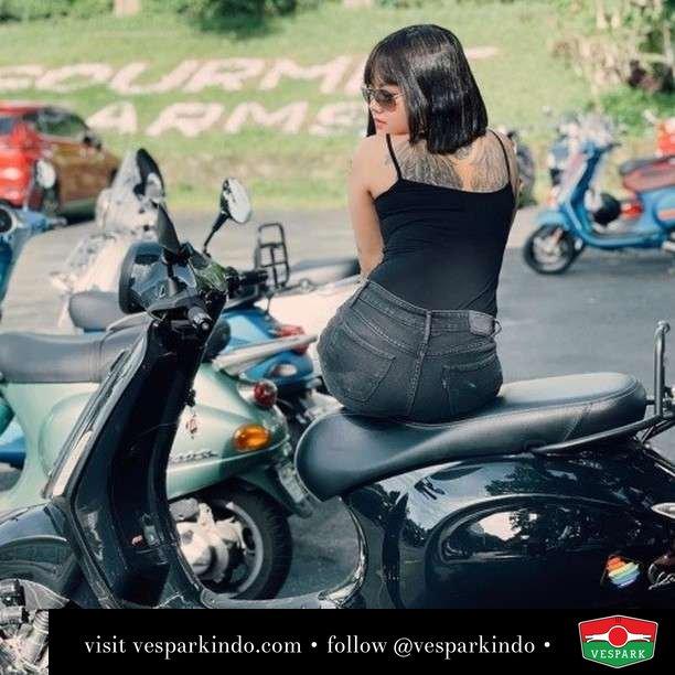 Chill time with Vespa Primavera   Live More Ride Vespa Saatnya anda miliki scooter matic legendaris Vespa!  Geser untuk lihat genuine aksesoris Vespa @vesparkindo dan lihat sorotan utk paket promo aksesoris   Tersedia penawaran leasing/kredit menarik untuk semua tipe Vespa. Cek info di web, link di bio  Hubungi dealer resmi Vespark Piaggio Vespa Medan Sumut @vesparkindo untuk pesanan Medan, Aceh, Riau dan Sumut Dealer tetap buka selama liburan silakan WA 0815-21-595959 untuk appointment, jam buka dan DM utk brosur terbaru  Kunjungi: VESPARK: Piaggio Vespa 3S ShowPark Jln Prof HM Yamin No.16A (simpang Jln Jawa)  Medan Telp. 061-456-5454 Cek IG @vesparkindo   feature @paulita4real