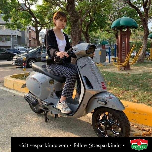 Grey Vespa Sprint everyday   Live More Ride Vespa Saatnya anda miliki scooter matic legendaris Vespa!  Geser untuk lihat genuine aksesoris Vespa @vesparkindo dan lihat sorotan utk paket promo aksesoris   Tersedia penawaran leasing/kredit menarik untuk semua tipe Vespa. Cek info di web, link di bio  Hubungi dealer resmi Vespark Piaggio Vespa Medan Sumut @vesparkindo untuk pesanan Medan, Aceh, Riau dan Sumut Dealer tetap buka selama liburan silakan WA 0815-21-595959 untuk appointment, jam buka dan DM utk brosur terbaru  Kunjungi: VESPARK: Piaggio Vespa 3S ShowPark Jln Prof HM Yamin No.16A (simpang Jln Jawa)  Medan Telp. 061-456-5454 Cek IG @vesparkindo   feature @vespa_otd