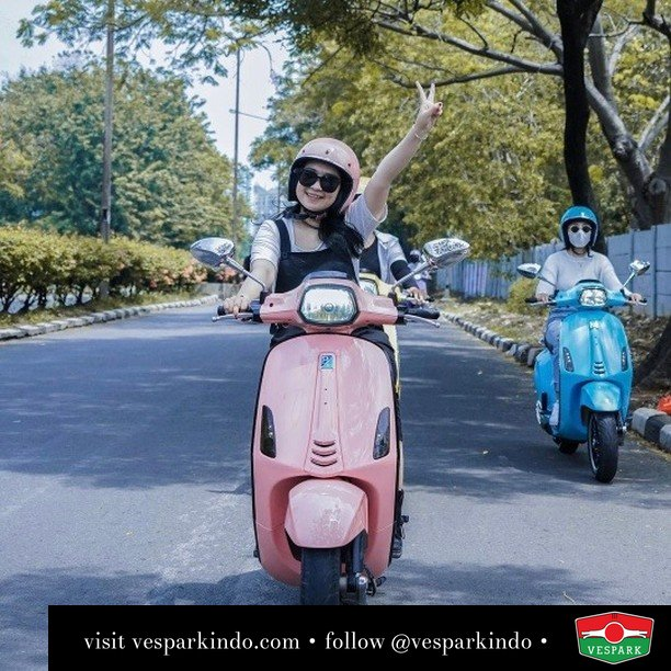 Jadi kapan mau boncengin  Live More Ride Vespa Saatnya anda miliki scooter matic legendaris Vespa!  Geser untuk lihat genuine aksesoris Vespa @vesparkindo dan lihat sorotan utk paket promo aksesoris   Tersedia penawaran leasing/kredit menarik untuk semua tipe Vespa. Cek info di web, link di bio  Hubungi dealer resmi Vespark Piaggio Vespa Medan Sumut @vesparkindo untuk pesanan Medan, Aceh, Riau dan Sumut Dealer tetap buka selama liburan silakan WA 0815-21-595959 untuk appointment, jam buka dan DM utk brosur terbaru  Kunjungi: VESPARK: Piaggio Vespa 3S ShowPark Jln Prof HM Yamin No.16A (simpang Jln Jawa)  Medan Telp. 061-456-5454 Cek IG @vesparkindo   feature @putridolken