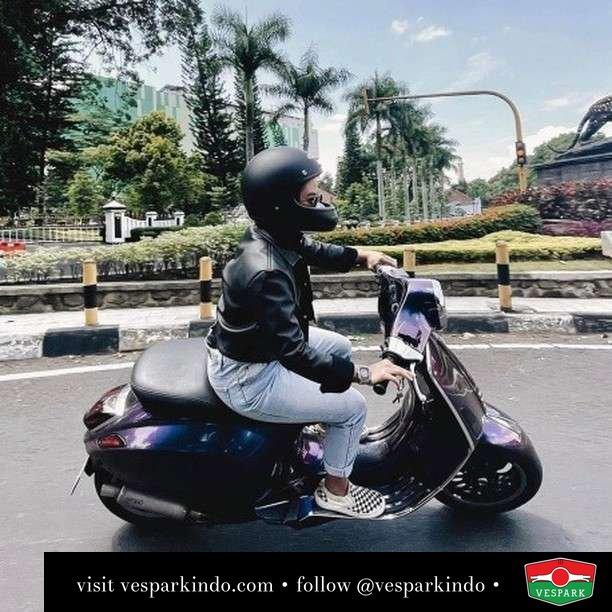 Mau boceng atau dibocengin Vespa Primavera  Live More Ride Vespa Saatnya anda miliki scooter matic legendaris Vespa!  Geser untuk lihat genuine aksesoris Vespa @vesparkindo dan lihat sorotan utk paket promo aksesoris   Tersedia penawaran leasing/kredit menarik untuk semua tipe Vespa. Cek info di web, link di bio  Hubungi dealer resmi Vespark Piaggio Vespa Medan Sumut @vesparkindo untuk pesanan Medan, Aceh, Riau dan Sumut Dealer tetap buka selama liburan silakan WA 0815-21-595959 untuk appointment, jam buka dan DM utk brosur terbaru  Kunjungi: VESPARK: Piaggio Vespa 3S ShowPark Jln Prof HM Yamin No.16A (simpang Jln Jawa)  Medan Telp. 061-456-5454 Cek IG @vesparkindo   feature @putriaenun