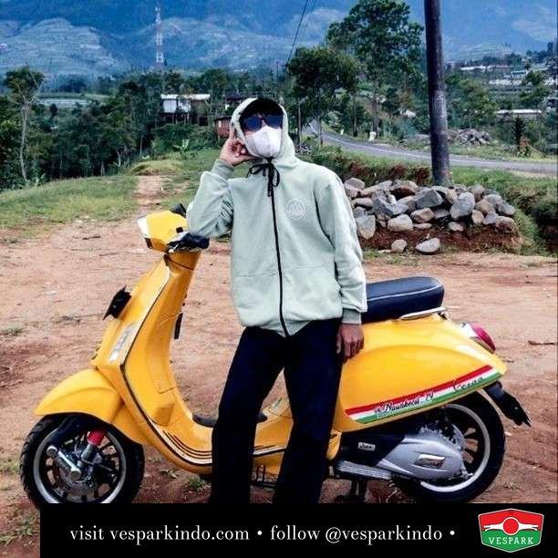 Riding to the moon  Live More Ride Vespa Saatnya anda miliki scooter matic legendaris Vespa!  Geser untuk lihat genuine aksesoris Vespa @vesparkindo dan lihat sorotan utk paket promo aksesoris   Tersedia penawaran leasing/kredit menarik untuk semua tipe Vespa. Cek info di web, link di bio  Hubungi dealer resmi Vespark Piaggio Vespa Medan Sumut @vesparkindo untuk pesanan Medan, Aceh, Riau dan Sumut Dealer tetap buka selama liburan silakan WA 0815-21-595959 untuk appointment, jam buka dan DM utk brosur terbaru  Kunjungi: VESPARK: Piaggio Vespa 3S ShowPark Jln Prof HM Yamin No.16A (simpang Jln Jawa)  Medan Telp. 061-456-5454 Cek IG @vesparkindo   feature @nawakecil_79