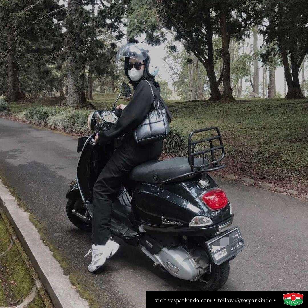 Vespa girl on black Vespa LX  Live More Ride Vespa Saatnya anda miliki scooter matic legendaris Vespa!  Geser untuk lihat genuine aksesoris Vespa @vesparkindo dan lihat sorotan utk paket promo aksesoris   Tersedia penawaran leasing/kredit menarik untuk semua tipe Vespa. Cek info di web, link di bio  Hubungi dealer resmi Vespark Piaggio Vespa Medan Sumut @vesparkindo untuk pesanan Medan, Aceh, Riau dan Sumut Dealer tetap buka selama liburan silakan WA 0815-21-595959 untuk appointment, jam buka dan DM utk brosur terbaru  Kunjungi: VESPARK: Piaggio Vespa 3S ShowPark Jln Prof HM Yamin No.16A (simpang Jln Jawa)  Medan Telp. 061-456-5454 Cek IG @vesparkindo   feature @nazwaa.j