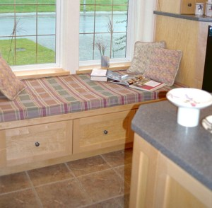 window seat at end of kitchen