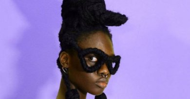 девушка с очками из волос