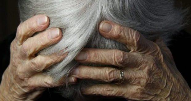 Навоиец избил старушку-мать за отказ оформить дом