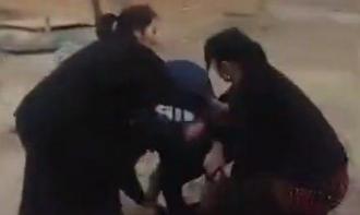Жительница Каракалпакии избила судебного исполнителя