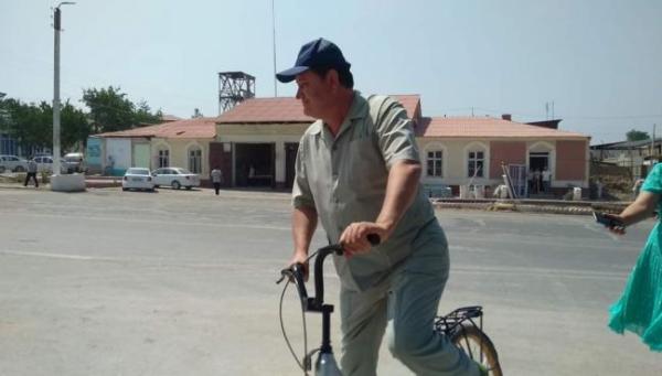 Узбекский губернатор вышел в народ на велосипеде