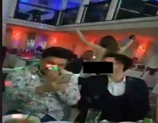 В ресторане Ургенча девушка исполнила стриптиз
