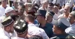 Наманганцы митингуют против сокращения территории кладбища