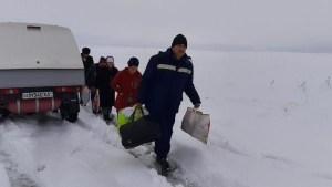 18 пассажиров автобусов вызволили из снежного плена в Джизаке