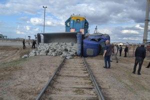 Грузовик MAN не успел проскочить ж/д переезд в Зарафшане