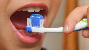 Московский стоматолог обучает чистке зубов