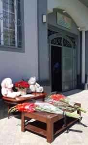 Люди несут цветы и игрушки к представительству Татарстана в Ташкенте