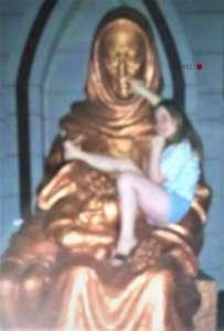Тиктокерша позировала на монументе «Мать и дитя» в Алмалыке