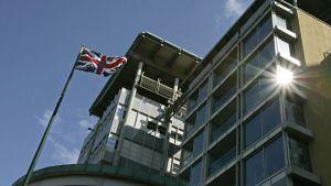 Перебросившего документы через забор посольства Британии узбека задержали в Москве