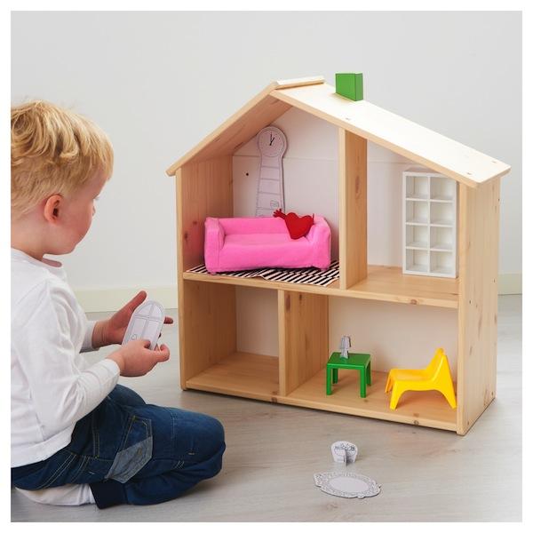 menino brincando casa de madeira