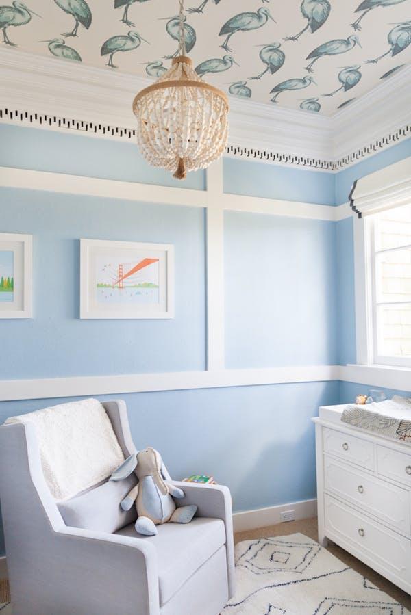 quarto de bebe azul papel de parede no teto