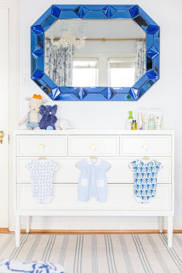 espelho com moldura azul