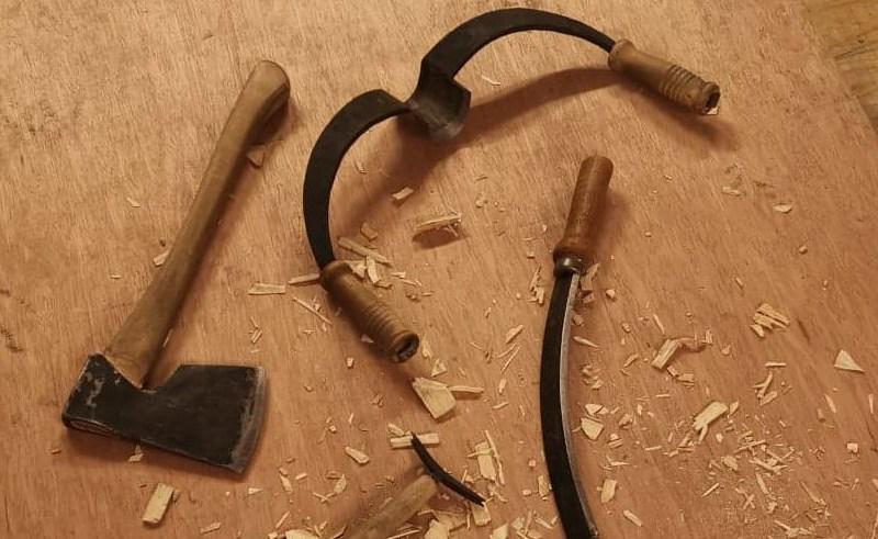 nærbilde av øks og andre verktøy brukt til tømmerforming