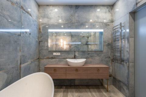 bathtube and mirrow