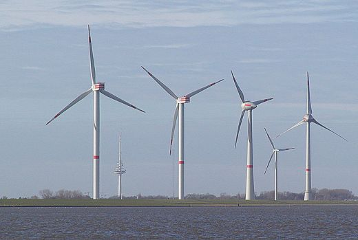 Очень большое прототип ветровой турбины по REpower и Enercon на тестовом поле в Cuxhaven