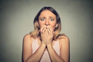 Frykt kjennetegnes bl.a. av hevede øyenbryn som også er trekt sammen.