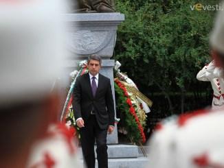 снимка: Пламен Трифонов Поднасянето на венците от Президента.