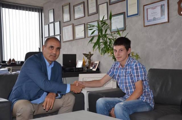 Цветанов и ученик от Мездра си стиснаха ръцете за нови компютри – vEvesti.bg
