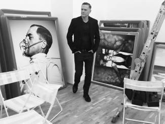 Снимка зад кулисите на изложбата на Браън Адамс от фейсбук страницата му.