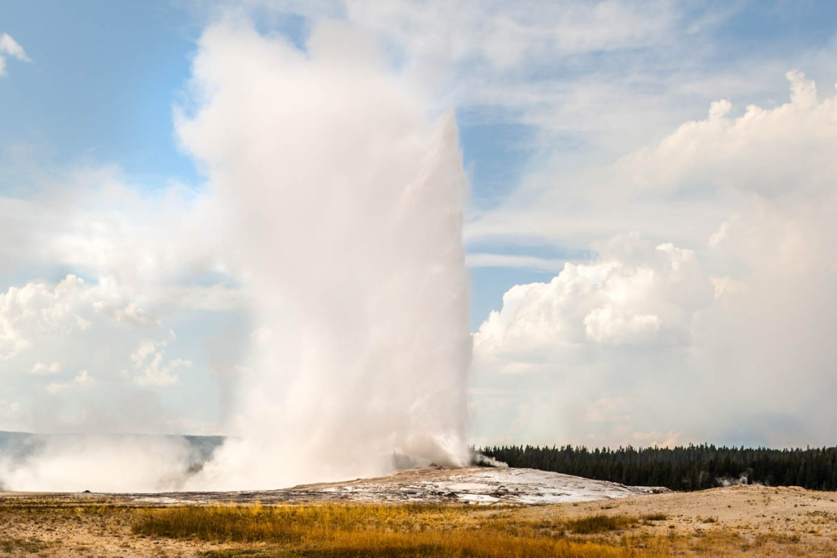 Old Faithful in Upper Geyser Basin at Yellowstone National Park #vezzaniphotography