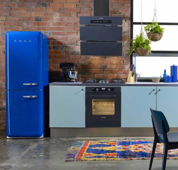 Встроенный холодильник в маленькой кухне фото – Куда ...