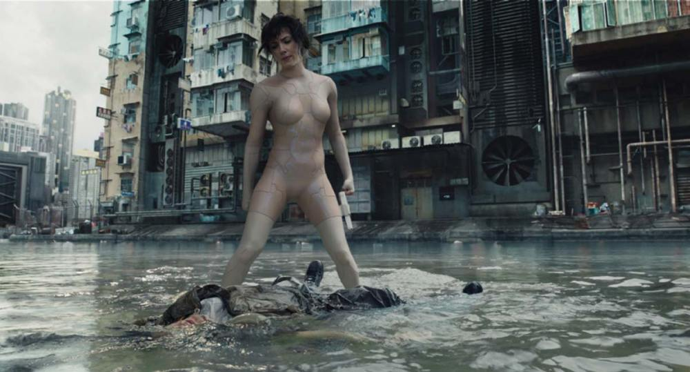 In a fight sequence in a flooded slum area, The Major demonstrates her camouflage abilities, donning a thermoptic suit that allows her to go into camouflage mode.