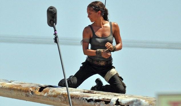"""<span class=""""entry-title-primary"""">Primeras fotos de Alicia Vikander como Lara Croft desde el set de Tomb Raider</span> <span class=""""entry-subtitle"""">Esta versión de Lara se parece a la de Rise of the Tomb Raider</span>"""