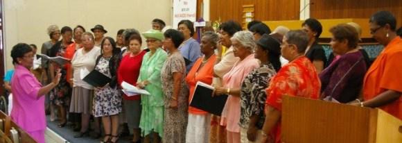 Die Vrouediens sing 'n spesiale lied aan Br. Dreyer toe.