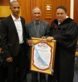 Br. Dreyer ontvang 'n sertifikaart van waardering van die gemeente.