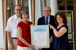 2016_AZAV-Übergabe-Zertifikat_02_Internet