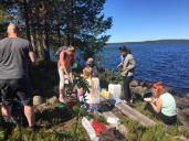 Piknikillä Lieksa-järven rannalla — paikassa Termant, Kareliya, Russia.
