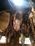 La viande est accrochée à l'intérieur