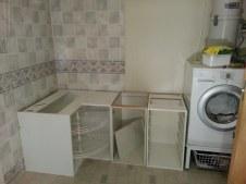 Les meubles en cours de montage dans la salle de bains / the cabinets being installed in the bathroom