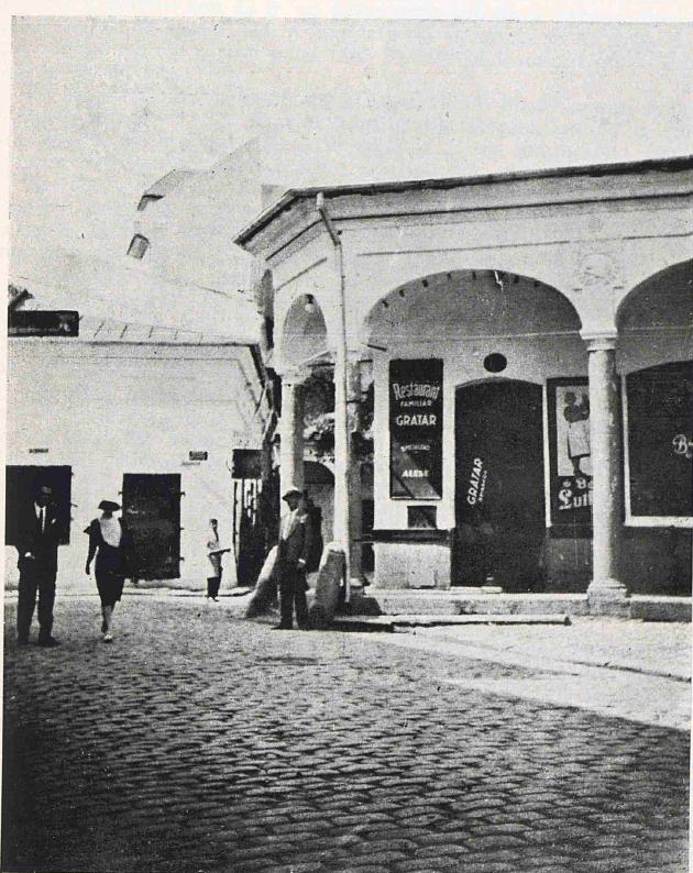"""Hanul lui Simeon (Zamfir), situat pe str. Blănari, în fața Hanului cu Tei. Construit în 1811 și demolat în 1933. Sursa foto George Potra, """"Hanurile bucureștene"""""""