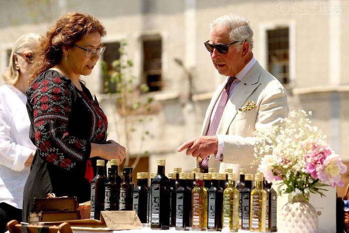 Felicia Tulai oferă ulei Printului Charles