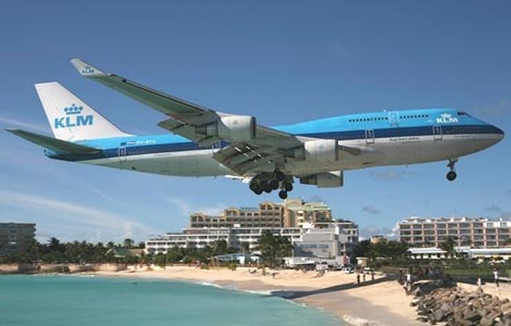 avião pousando em st marteen