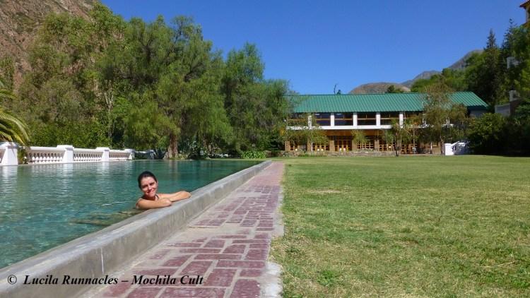 Relaxando na piscina quente. Hotel ao fundo. Foto: Paul White