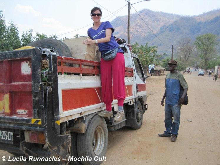 Pegando carona num caminhão em Moçambique