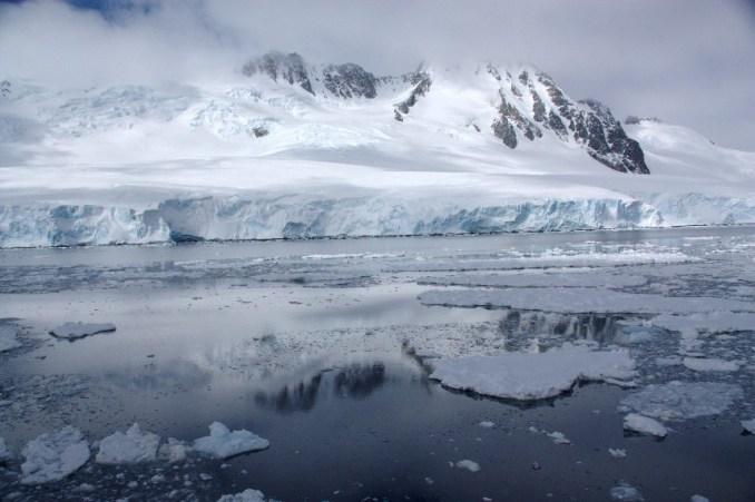 Neymayer Channel, um dos canais por onde navegam os barcos quebra-gelo, na Antártica (foto: Eduardo Vessoni)