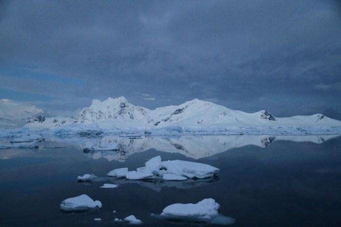 Foto tirada às 3h18 da manhã, diante do nosso acampamento em território antártico