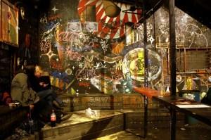 Antigos quarteis da capital da Eslovênia viraram bares alternativos (foto: Eduardo Vessoni)